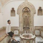 Scrittore Lgbt emergente posa in bagno antico di Beiteddine Palace Libano