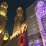Complesso di Qalawun illuminato di notte, Moschea di Al Muizz Street, Khan al Khalili, Cairo Islamica, Egitto