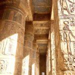 Tempio di Medinat Habu, Colonne con Bassorilievi e Geroglifici Egizi, Luxor, Riva Ovest, Egitto
